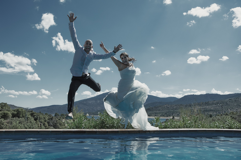 novios trash the dress en el agua